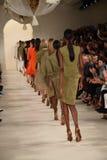 NUEVA YORK, NY - 11 DE SEPTIEMBRE: Paseo de los modelos el final de la pista en el desfile de moda de Ralph Lauren Imágenes de archivo libres de regalías