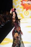 NUEVA YORK, NY - 4 DE SEPTIEMBRE: Paseos del modelo de Adriana Lima la pista en Desigual Foto de archivo