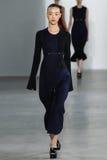 NUEVA YORK, NY - 11 DE SEPTIEMBRE: Paseos modelo de So Ra Choi la pista en el desfile de moda de Calvin Klein Collection Imagenes de archivo