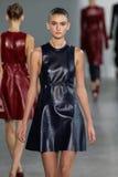 NUEVA YORK, NY - 11 DE SEPTIEMBRE: Tiana Perry modelo camina la pista en el desfile de moda de Calvin Klein Collection Foto de archivo