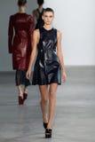 NUEVA YORK, NY - 11 DE SEPTIEMBRE: Tiana Perry modelo camina la pista en el desfile de moda de Calvin Klein Collection Foto de archivo libre de regalías