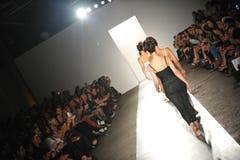 NUEVA YORK, NY - 5 DE SEPTIEMBRE: Un modelo camina la pista en el desfile de moda 2013 de la primavera del dril de algodón del pre Foto de archivo libre de regalías