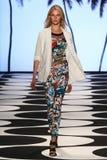 NUEVA YORK, NY - 5 DE SEPTIEMBRE: Un modelo camina la pista en el desfile de moda 2015 de Nicole Miller Spring Foto de archivo