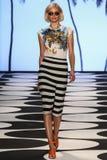 NUEVA YORK, NY - 5 DE SEPTIEMBRE: Un modelo camina la pista en el desfile de moda 2015 de Nicole Miller Spring Imágenes de archivo libres de regalías