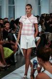 NUEVA YORK, NY - 9 DE SEPTIEMBRE: Un modelo camina la pista en el desfile de moda de Oscar De La Renta Imágenes de archivo libres de regalías