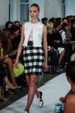NUEVA YORK, NY - 9 DE SEPTIEMBRE: Un modelo camina la pista en el desfile de moda de Oscar De La Renta Imagen de archivo