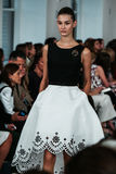 NUEVA YORK, NY - 9 DE SEPTIEMBRE: Un modelo camina la pista en el desfile de moda de Oscar De La Renta Foto de archivo