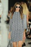 NUEVA YORK, NY - 12 DE SEPTIEMBRE: Un modelo camina la pista en el desfile de moda de Ralph Lauren Fotos de archivo libres de regalías