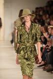 NUEVA YORK, NY - 11 DE SEPTIEMBRE: Un modelo camina la pista en el desfile de moda de Ralph Lauren Foto de archivo libre de regalías