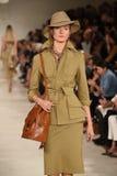 NUEVA YORK, NY - 11 DE SEPTIEMBRE: Un modelo camina la pista en el desfile de moda de Ralph Lauren Imagen de archivo libre de regalías