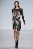 NUEVA YORK, NY - 4 DE SEPTIEMBRE: Un modelo camina la pista en el desfile de moda 2015 de Richard Chai Love Spring Imágenes de archivo libres de regalías