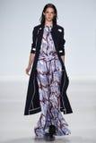 NUEVA YORK, NY - 4 DE SEPTIEMBRE: Un modelo camina la pista en el desfile de moda 2015 de Richard Chai Love Spring Fotos de archivo libres de regalías