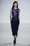NUEVA YORK, NY - 4 DE SEPTIEMBRE: Un modelo camina la pista en el desfile de moda 2015 de Richard Chai Love Spring Imagen de archivo