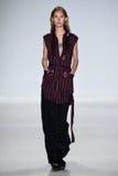 NUEVA YORK, NY - 4 DE SEPTIEMBRE: Un modelo camina la pista en el desfile de moda 2015 de Richard Chai Love Spring Foto de archivo libre de regalías
