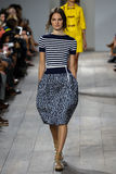 NUEVA YORK, NY - 10 DE SEPTIEMBRE: Un modelo camina la pista en la colección de la moda de Michael Kors Spring 2015 Imagen de archivo libre de regalías