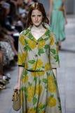NUEVA YORK, NY - 10 DE SEPTIEMBRE: Un modelo camina la pista en la colección de la moda de Michael Kors Spring 2015 Fotos de archivo libres de regalías