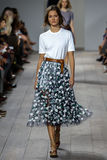 NUEVA YORK, NY - 10 DE SEPTIEMBRE: Un modelo camina la pista en la colección de la moda de Michael Kors Spring 2015 Imagenes de archivo