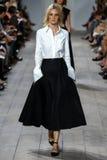 NUEVA YORK, NY - 10 DE SEPTIEMBRE: Un modelo camina la pista en la colección de la moda de Michael Kors Spring 2015 Foto de archivo libre de regalías