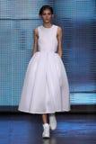 NUEVA YORK, NY - 7 DE SEPTIEMBRE: Valery Kaufman modelo camina la pista en la colección de la moda de la primavera 2015 de DKNY Foto de archivo