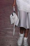 NUEVA YORK, NY - 7 DE SEPTIEMBRE: Xiao Wen Ju modelo camina la pista en la colección de la moda de la primavera 2015 de DKNY Foto de archivo libre de regalías