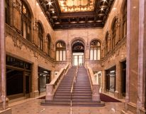 Nueva York, NY/Estados Unidos - marcha 29, 2015: Tiro interior del paisaje del pasillo en el edificio de Woolworth situado en más imágenes de archivo libres de regalías