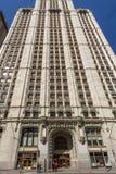 Nueva York, NY/Estados Unidos - marcha 29, 2015: Tiro vertical exterior de la entrada delantera en el edificio de Woolworth local fotografía de archivo libre de regalías