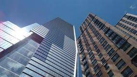 Nueva York, NY, los E.E.U.U. Vista vertical de rascacielos en la alta línea área Visi?n desde la parte inferior a rematar almacen de metraje de vídeo