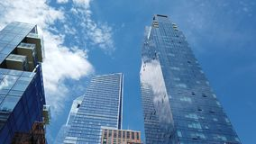 Nueva York, NY, los E.E.U.U. Vista vertical de rascacielos en la alta línea área Visi?n desde la parte inferior a rematar metrajes