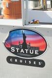 NUEVA YORK - OCTUBRE DE 2015: La estatua cruza placa de calle La ciudad en Imagen de archivo