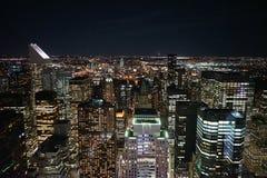 Nueva York por noche del rascacielos foto de archivo libre de regalías