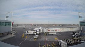 Nueva York, U S A, aeropuerto internacional de JFK La operación de servicio del lapso de tiempo alrededor del avión paró en la pu almacen de video