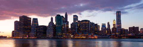 Nueva York - vista del horizonte de Manhattan por noche Imagen de archivo