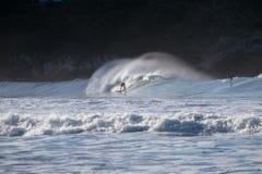 NUEVA ZELANDA, CHRISTCHURCH - JULIO DE 2016: Persona que practica surf en practicar surf en olas oceánicas enormes Deportes extre fotos de archivo