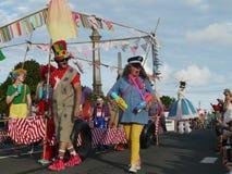 Nueva Zelanda: el jugar de los payasos del desfile de la Navidad de la pequeña ciudad Imagen de archivo