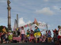 Nueva Zelanda: el jugar del grupo del payaso del desfile de la Navidad de la pequeña ciudad imagen de archivo