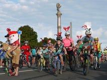 Nueva Zelanda: familias del ciclista del desfile de la Navidad de la pequeña ciudad foto de archivo libre de regalías
