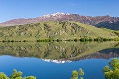 Nueva Zelanda, lago hayes con el pico de la corona imágenes de archivo libres de regalías
