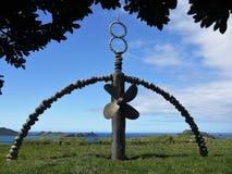 Nueva Zelanda: Monumento de Rainbow Warrior de la bahía de Matauri Fotografía de archivo libre de regalías