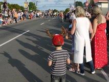 Nueva Zelanda: muchacho que espera del desfile de la Navidad de la pequeña ciudad fotos de archivo