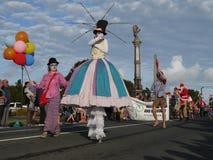 Nueva Zelanda: mujeres del payaso del desfile de la Navidad de la pequeña ciudad Imágenes de archivo libres de regalías
