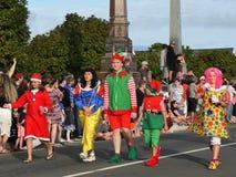 Nueva Zelanda: niños del desfile de la Navidad de la pequeña ciudad en traje Foto de archivo