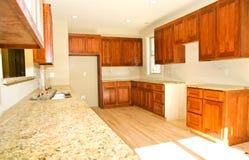 Nuevas cabinas de cocina/instaladas Imágenes de archivo libres de regalías