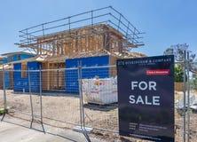 Nuevas casas bajo construcción para la venta Fotos de archivo libres de regalías