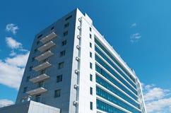 Nuevas casas con un cielo azul foto de archivo