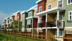 Nuevas casas de fila coloridas de los hogares Foto de archivo libre de regalías