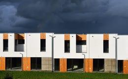Nuevas casas modernas de la familia en fila Fotografía de archivo