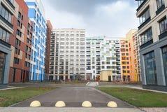 Nuevas casas modernas del patio Imagenes de archivo