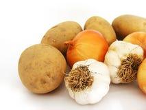 Nuevas cebollas del ajo y imágenes comunes de la patata Fotografía de archivo libre de regalías