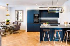 Nuevas cocina y mesa de comedor elegantes Imagen de archivo libre de regalías