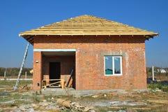 Nuevas cubiertas de la membrana del tejado con enmarcar casero de la construcción de madera con los vigas del tejado al aire libr foto de archivo